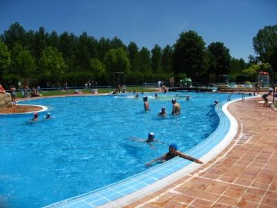 Disfruta de wifi en la piscina for Piscinas fluviales leon